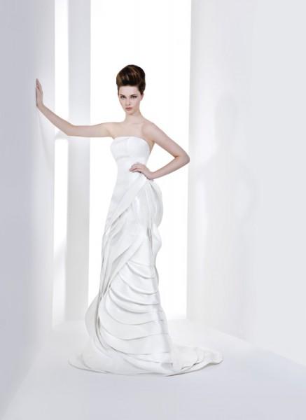 La collezione 2014 di abiti da sposa Antonio Riva si rivela da subito un  must ed è indicata per coloro che amano sì la modernità 5304c05dd2a