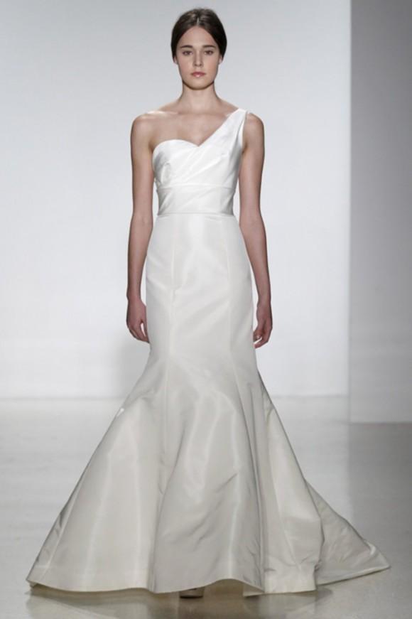 bc40d95f1957 Sono abiti da sposa che nella loro semplicità si rivelano piuttosto  articolati…un po  come la disamina dell animo femminile