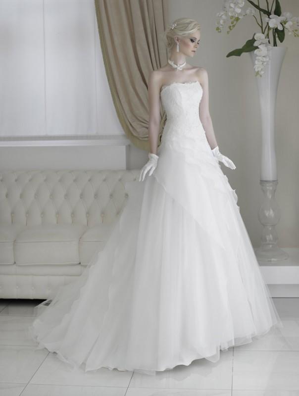 56a266d95e51 Creazioni Elena   la sapiente collezione 2016 di abiti da sposa ...
