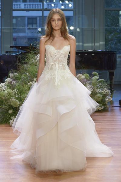 5481a95e4737 Monique Lhuillier   la sartoriale lavorazione degli abiti da sposa ...
