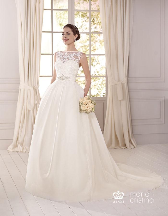 06a36f6dba29 ... stilistici della moda bridal  e proprio gli abiti da sposa della linea  Maria Cristina 2017 ne sottolineano la massima espressione di charme  romantico.