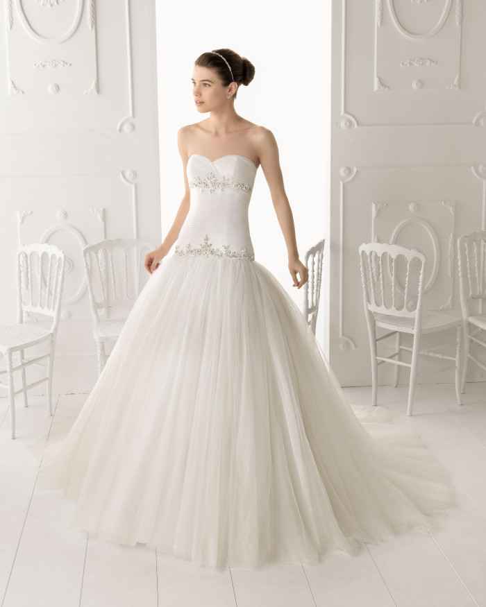 25e4733ad39d ... abito da sposa è una delicata e sapiente amalgama di una candida  innocenza (anche la scelta predominante di eburbee tonalità concorre a  dimostrarne il ...