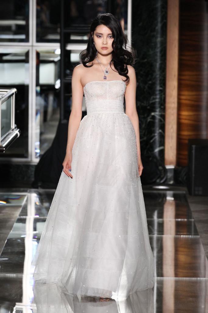 """5d8175de32 ... attraverso le parole della stilista, che la sposa del prossimo anno: """"È  una donna che è sexy e potente….Oggi celebriamo il glamour di una donna…""""."""